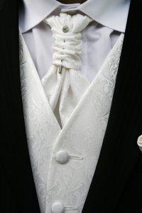 Weiße Weste unter schwarzem Anzug
