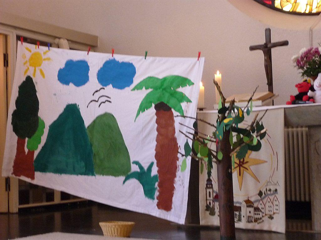 Die Dekoration im Familiengottesdienst für das szenische Spiel über Adam und Eva