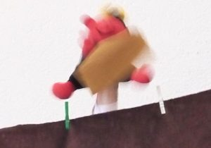 Das kleine Teufelchen Lutz lässt Bonbonpapiere fallen