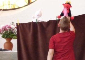 Ein Junge hilft Lutz, Papier aufzuheben