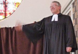 Pfarrer Schütz hat einen schweren Arm, nachdem er Lutz beim Puppenspiel die ganze Zeit hochgehalten hat
