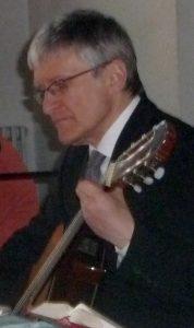 Pfarrer Helmut Schütz an der Gitarre