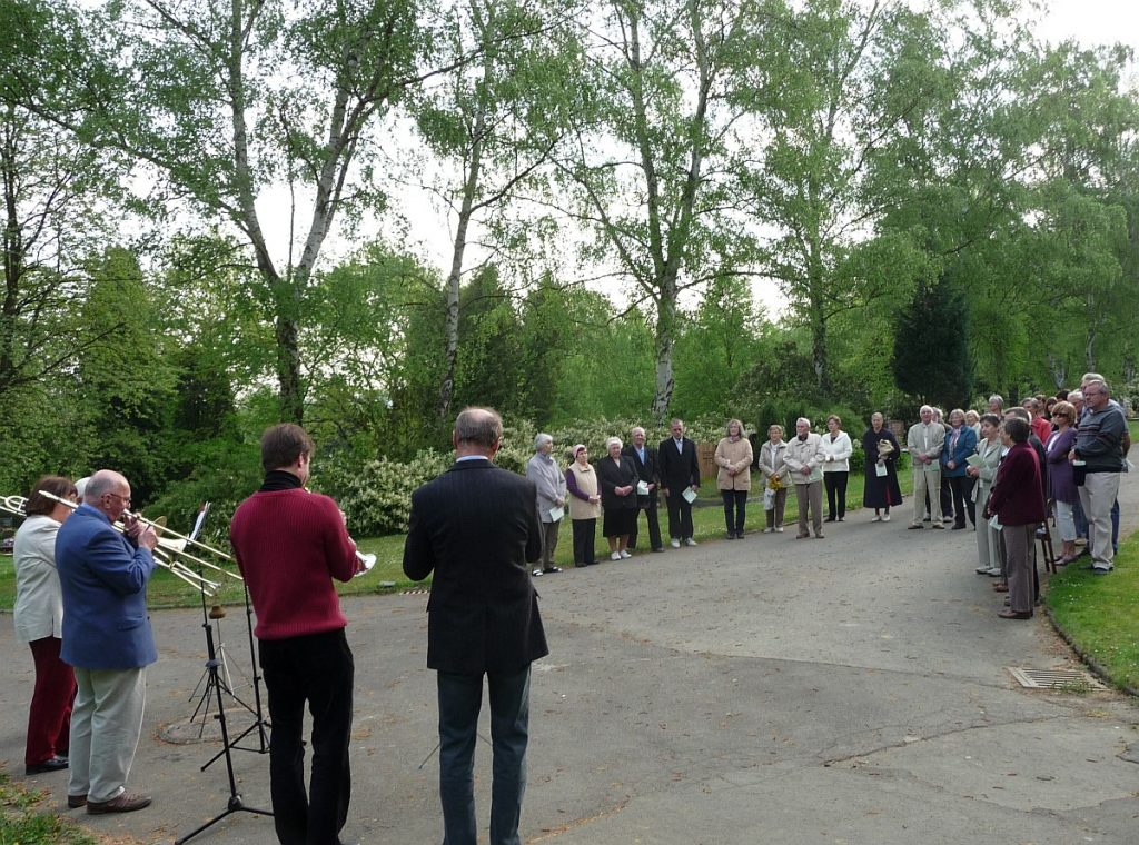 Die am Steinkreuz versammelte Ostergemeinde im Jahr 2011
