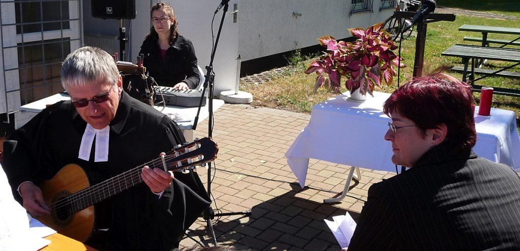 Pfarrer Helmut Schütz an der Gitarre und Grit Laux am Keyboard