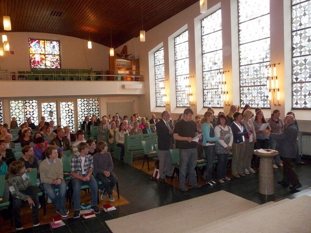 Ein Chor aus Mitarbeitenden des Kindergartens unter der Leitung von Werner Boeck singt zur Eröffnung des Gemeindefestgottesdienstes