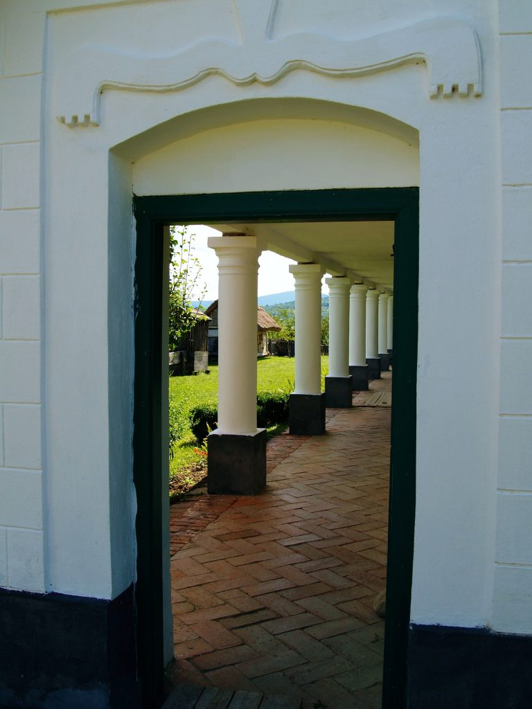 Eine Tür zu einem Säulengang