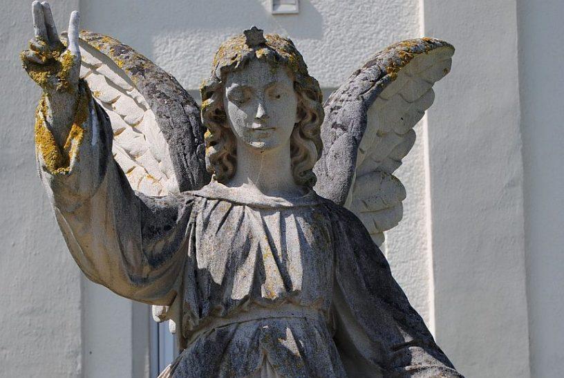 Statue eines Enges, der ein Kind begleitet