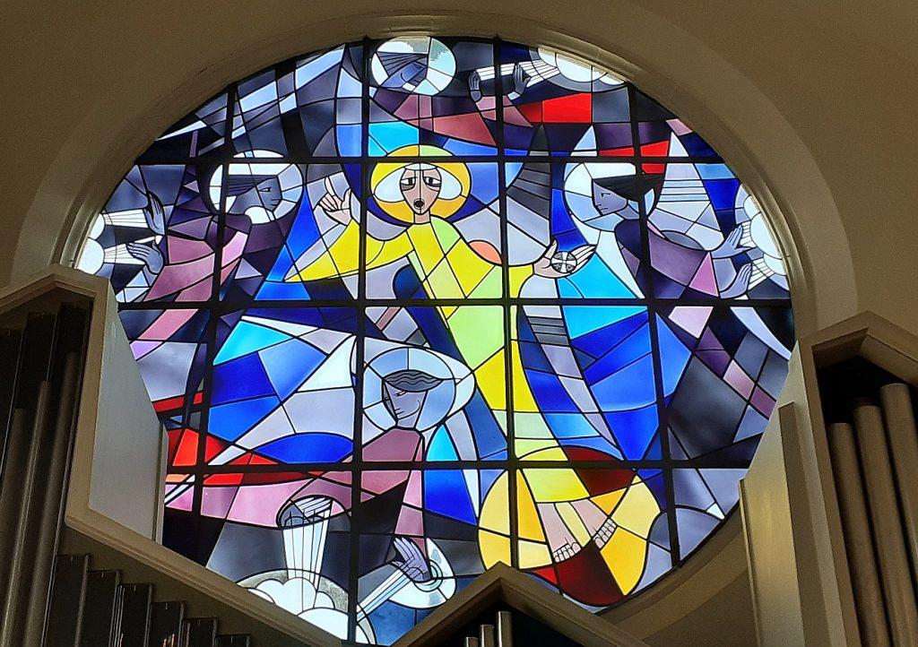 Die vier Winde werden von Engeln festgehalten - ein Fensterbild in der evangelischen Johanneskirche Gießen