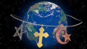Geschichten teilen im multireligiösen Kindergarten: Das Bild zeigt einen Globus, der von einer Kette umspannt wird, an dem die Symbole des Judentums, Christentums und Islams hängen