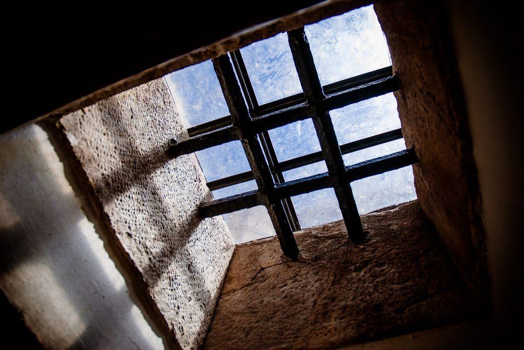 Ein vergittertes Fenster im Torre de Belem in Lissabon