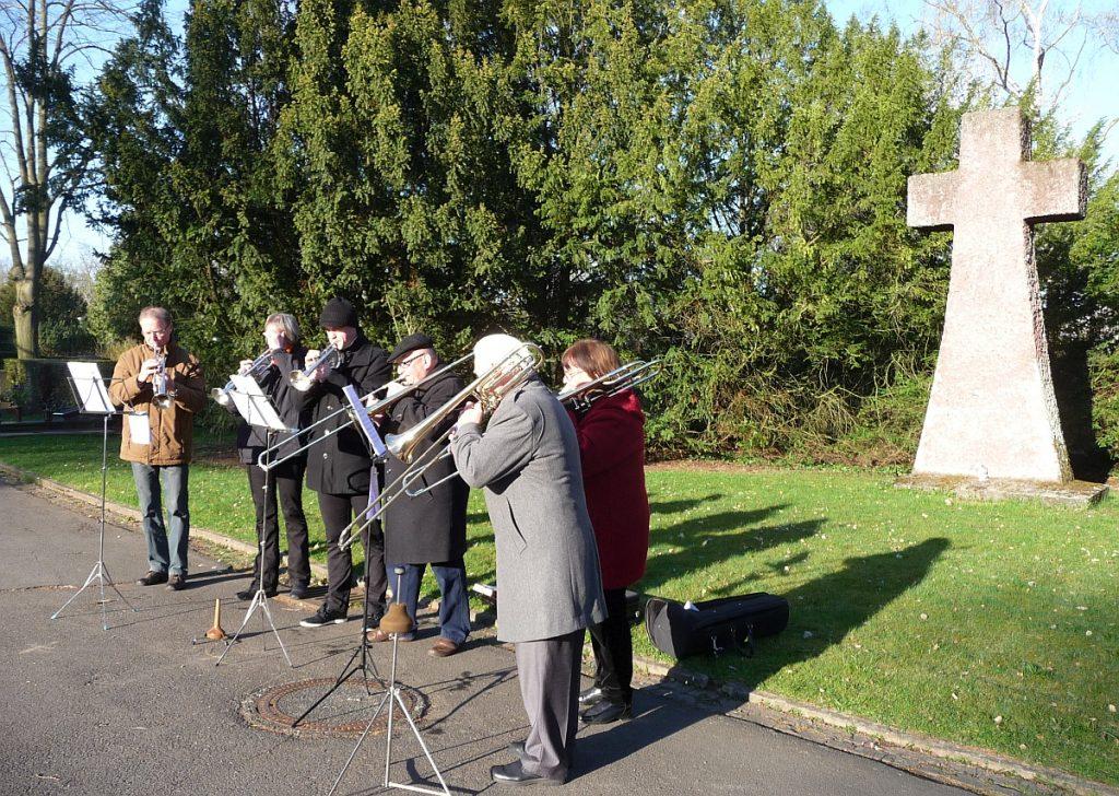 Der Bläserkreis vor dem Steinkreuz auf dem Friedhof am Rodtberg in Gießen