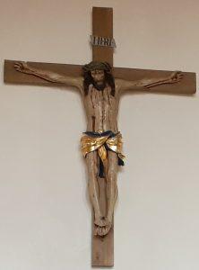 Das Kruzifix an der Rückwand der evangelischen Kirche in Reichelsheim/Wetterau