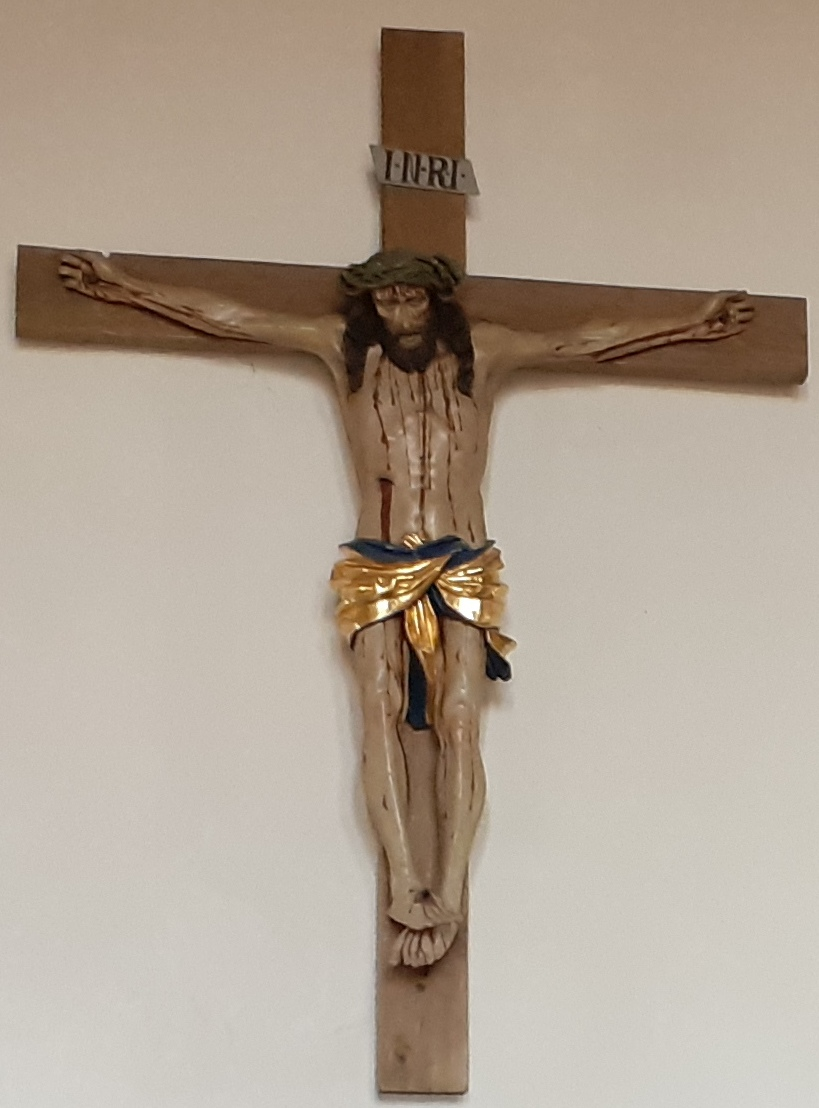 Das Kruzifix an der Rückwand der Reichelsheimer Kirche