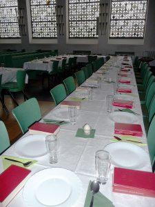 Gedeckte Tische für das Tischabendmahl