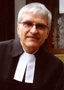Pfarrer Helmut Schütz im Talar mit Beffchen