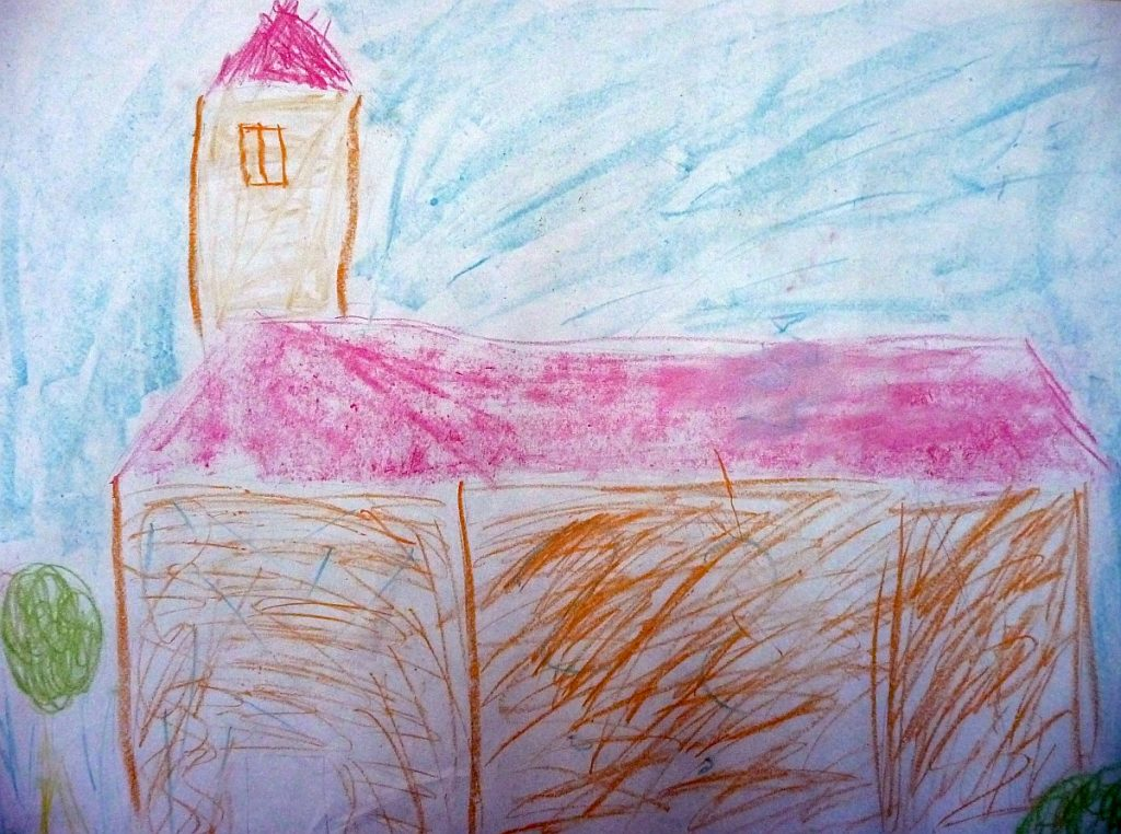 Kirche mit rotem Dach und Kirchturm