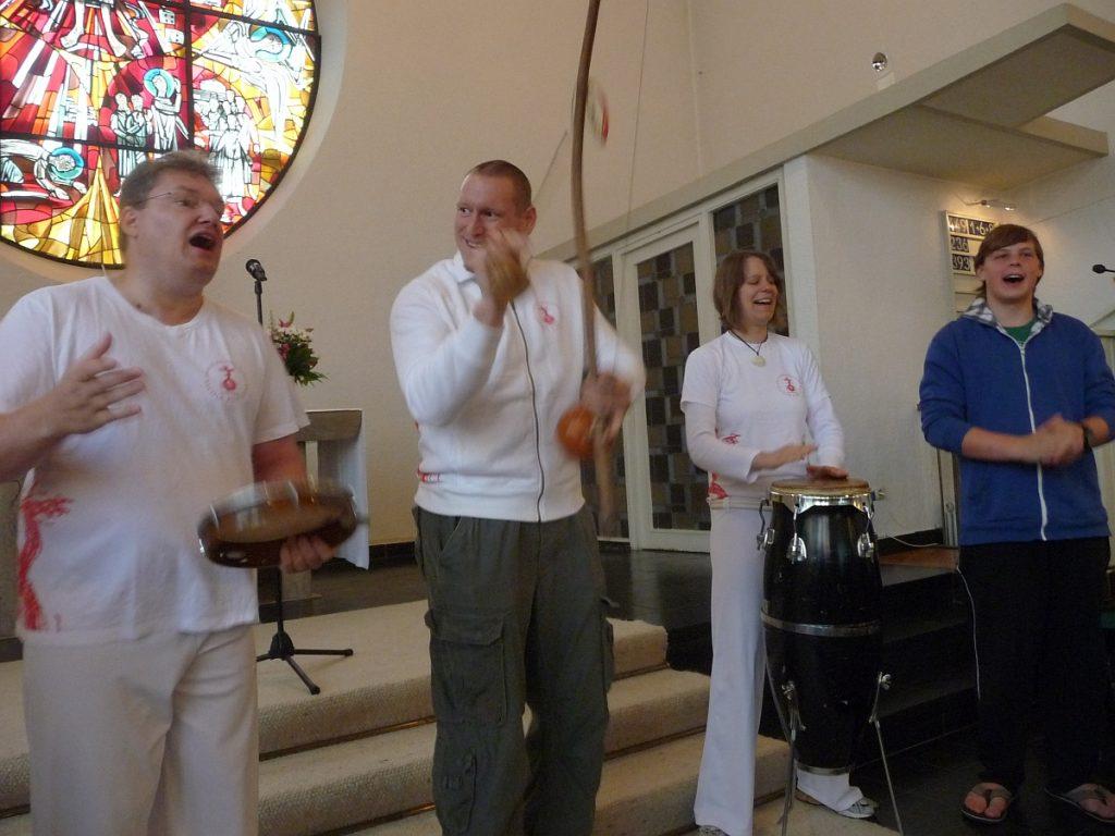"""Einzug der Capoeira-Gruppe in die Kirche mit """"Sai, sai, Catarina"""""""