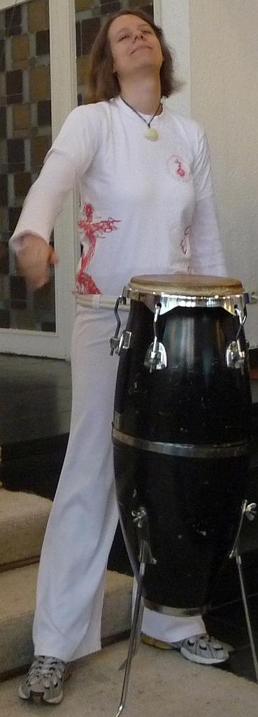 Eva Haase von der Capoeira-Gruppe an der Bongo-Trommel
