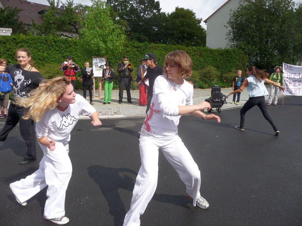 """""""Capoeira spontan"""" am Quartiers-Anger auf dem Weg zum Gemeindefest in der Thomasgemeinde"""