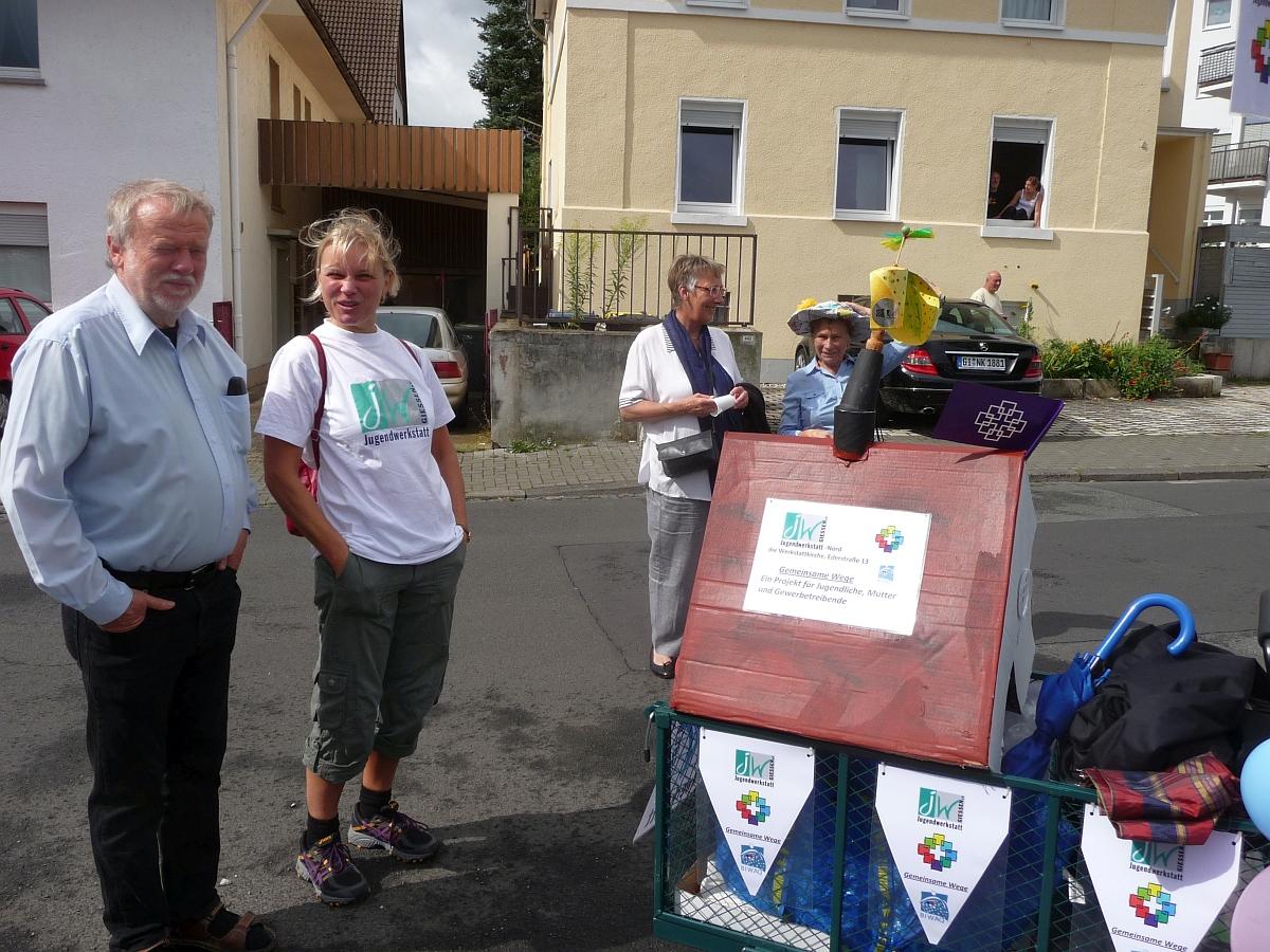 Christoph Geist und Bärbel Weigand mit ihrem Gemeindefest-Bollerwagen
