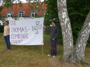 Das Banner der Thomasgemeinde wird hochgehalten