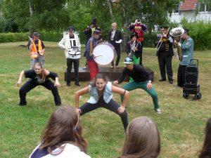 Tänzerische Darbietungen auf dem Rasen