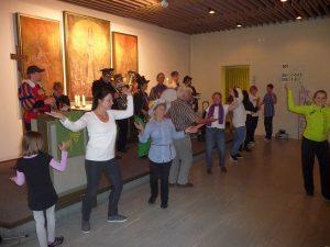 Kreative Tanzdarbietungen im Gemeindezentrum