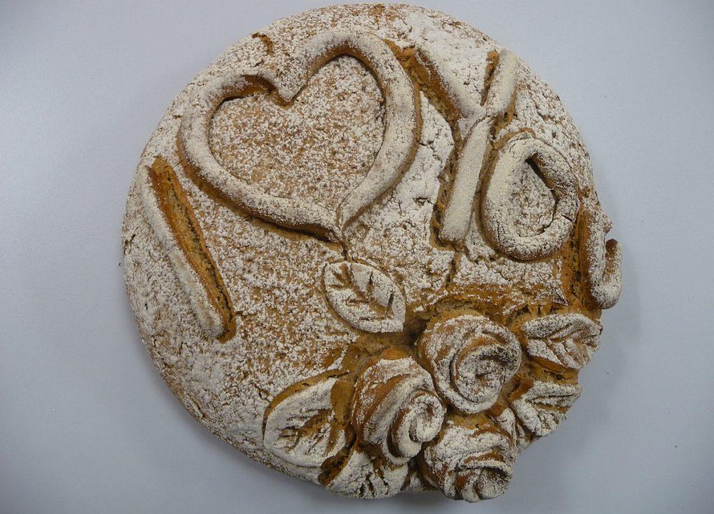 """Ein Brot mit der Aufschrift: """"I love you"""" und einem Rosenmuster"""