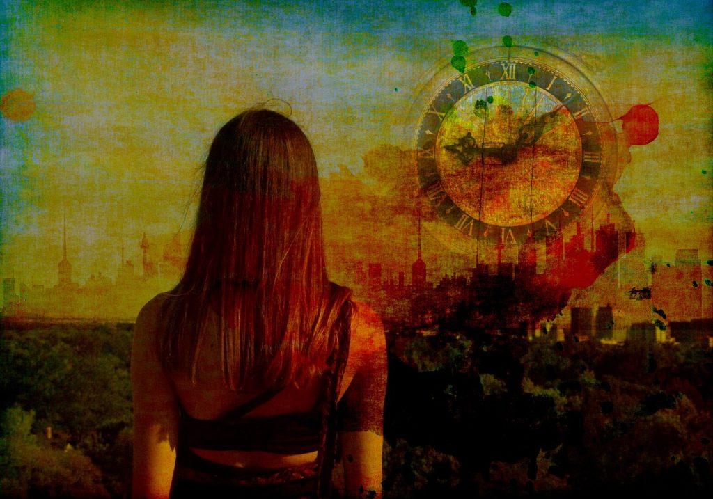 Eine junge Frau von hinten, die auf ein verschmiertes Bild der Skyline einer Stadt blickt, auf der ein großes, ebenfalls verschmiertes Zifferblatt einer Uhr zu sehen ist: 9:08 Uhr.