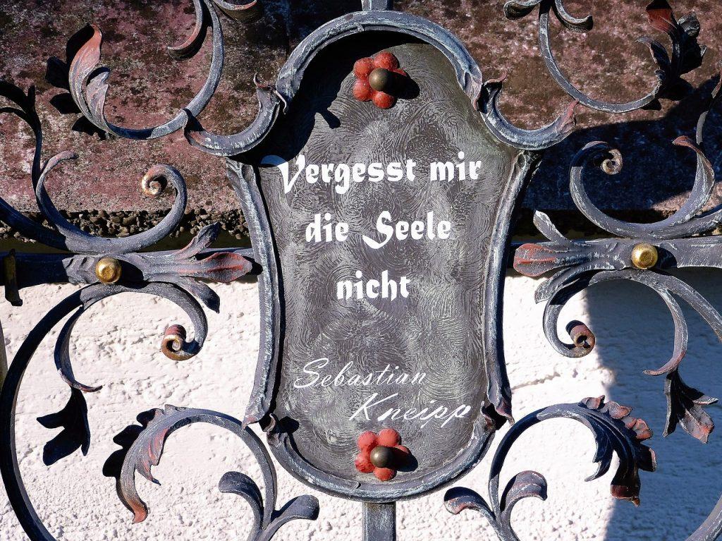 Schild mit einem Satz von Sebastian Kneipp: Vergesst mir die Seele nicht!
