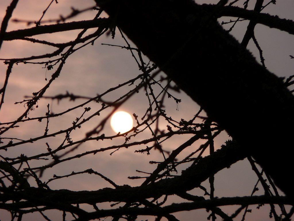 Das Licht der Ostersonne bricht durch dunkle Wolken hindurch