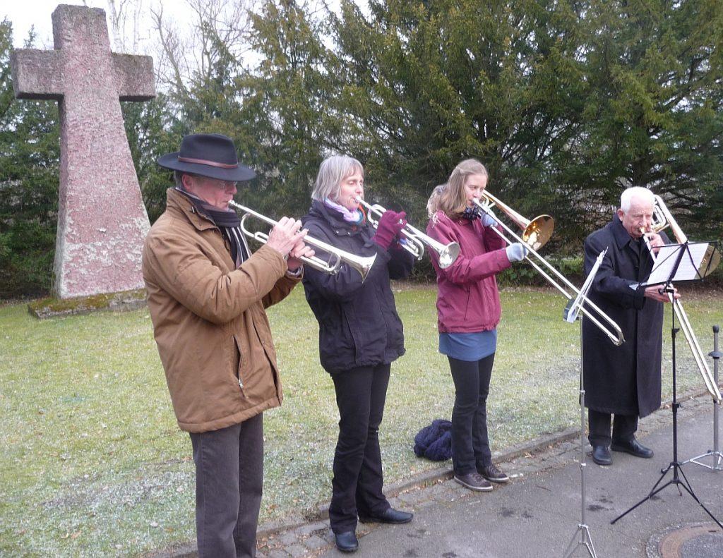Klänge von Osterliedern vor dem Kreuz des Karfreitags