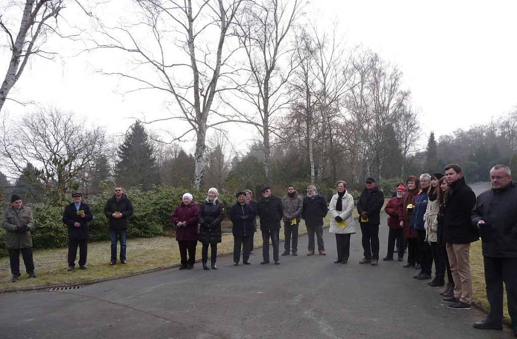 Teilnehmende an der Osterandacht am Steinkreuz 2013 auf dem Friedberg am Rodtberg in Gießen