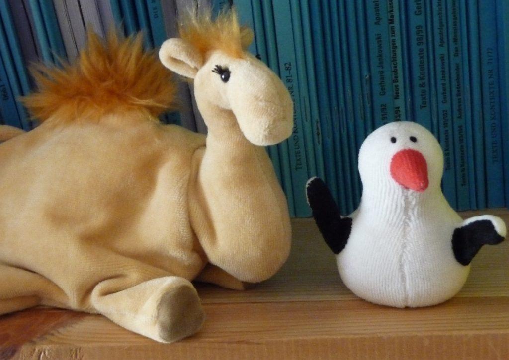 Die Handpuppen Jamal, das kleine Kamel, und Fischli, der kleine Pinguin, versuchen den Streit zwischen Lutz und Nappi zu schlichten