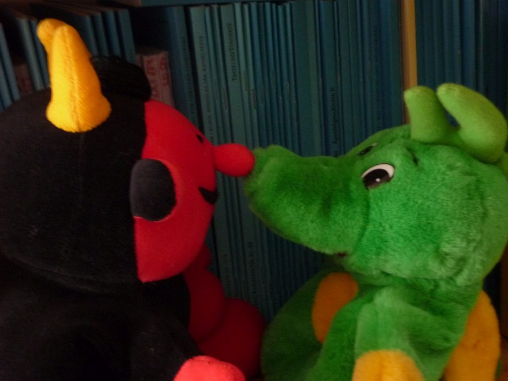 Die Handpuppen Lutz, das Teufelchen, und Nappi, der kleine Tabaluga-Drache, streiten miteinander