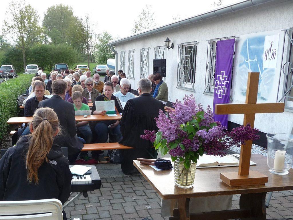 Gottesdienstteilnehmer vom Altarkreuz aus gesehen
