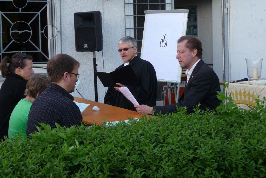 Pfarrer Schütz und Dr. Müller beim Gemeindegesang