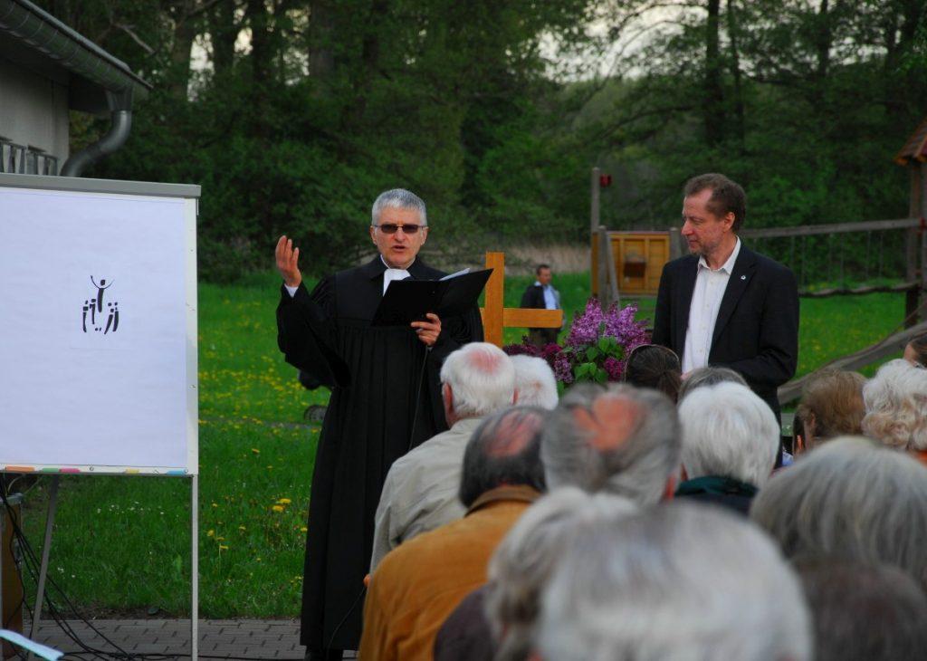 Predigt von Pfarrer Helmut Schütz mit Symbolzeichnung: Jesus etwas erhöht zwischen Jüngern, die ihm nachschauen