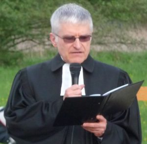 Pfarrer Helmut Schütz bei der Predigt