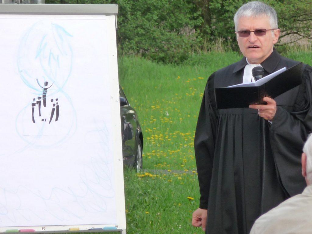 Pfarrer Schütz mit blauen Kreisen auf dem Bild