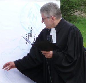 Pfarrer Schütz schreibt auf der Flip-Chart