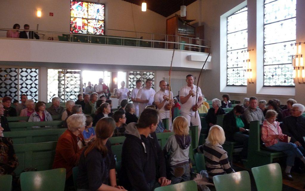 Der Gesang beim Einzug der Capoeira-Spieler und der Konfis in die Pauluskirche ersetzte das Orgelvorspiel