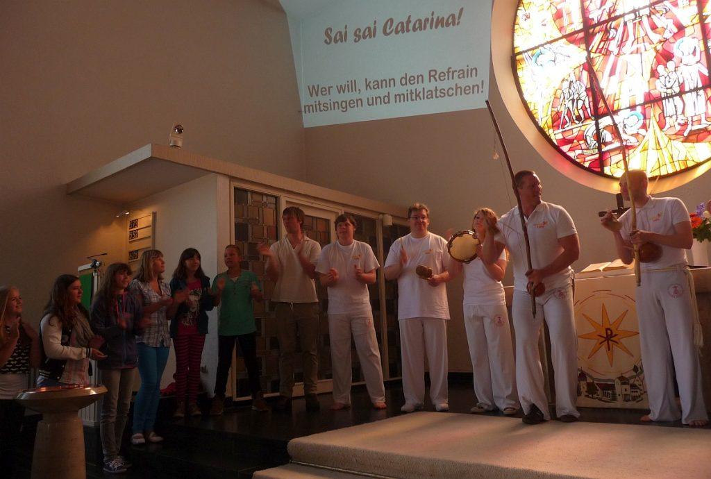 Capoeira-Spieler und Konfis singen im Altarraum der Pauluskirche