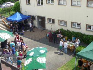 Das Gemeindefest auf dem Hof zwischen Gemeindezentrum und Kindergarten