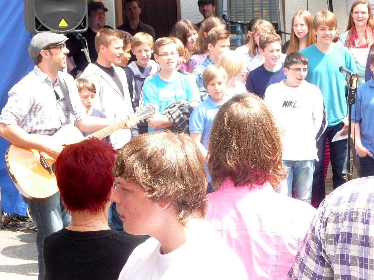 Mitarbeitende der Jugendwerkstatt hatten mit den Konfis eine musikalische Darbietung eingeübt