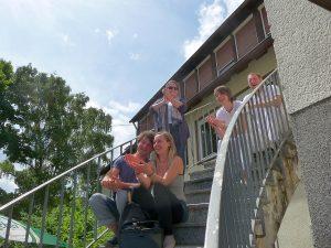 Begeistertes Publikum auf der Wendeltreppe zum Gemeindesaal