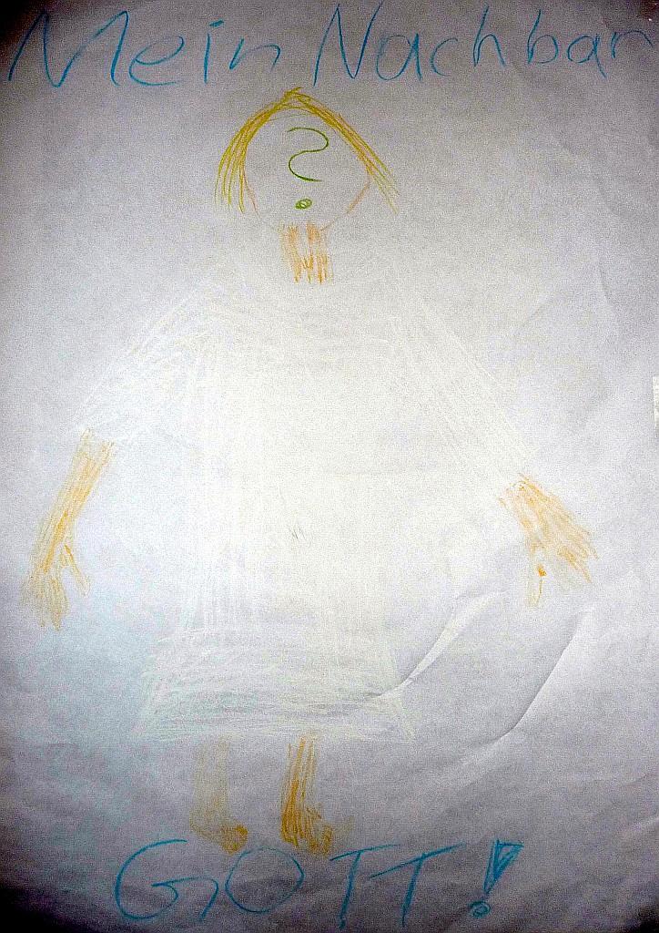 Gott als Mann mit Fragezeichen im Gesicht in weißer Farbe (Kreide) auf weißem Grund (Papier)