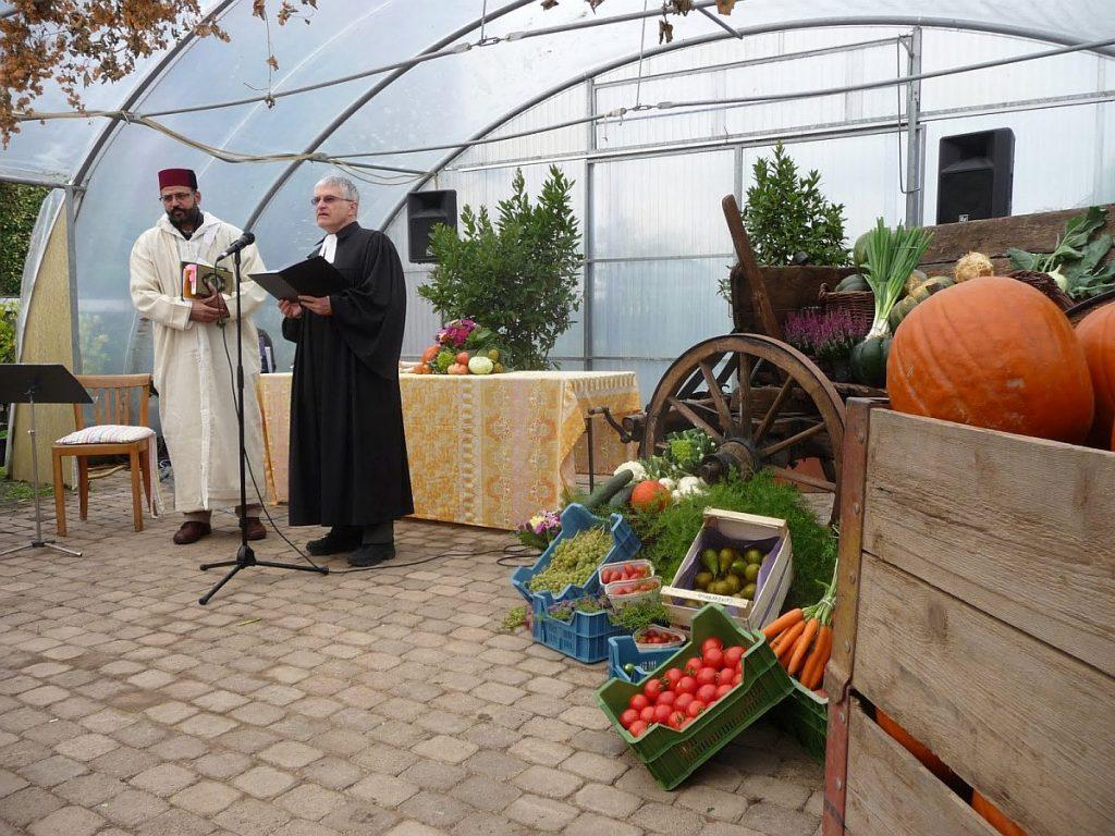 Abderrahim En-Nosse und Pfarrer Helmut Schütz sprechen Worte aus ihrer jeweiligen religiösen Tradition