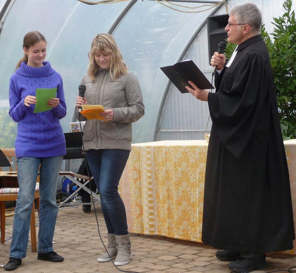 Konfirmandinnen und Konfirmanden spielen gemeinsam mit Pfarrer Schütz eine Prophetengeschichte nach
