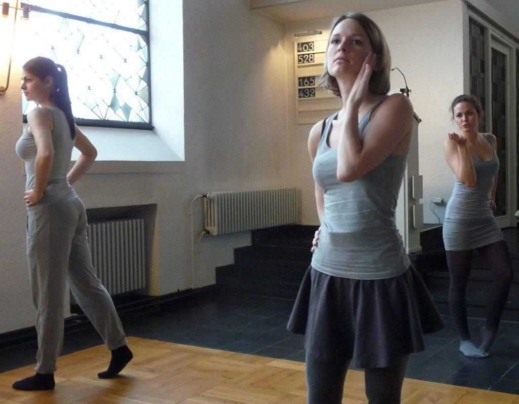 Tanztheater erste Szene: Tanz mit dem Schal